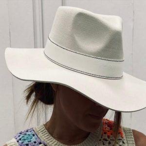 chapeau blanc boucle